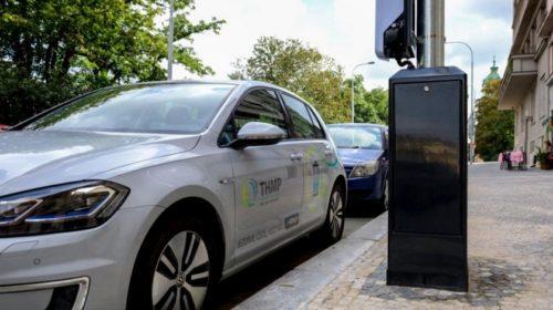 Na Vinohradech vzniklo 13 stožárů veřejného osvětlení pro dobíjení elektromobilů