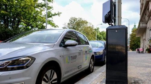 V Praze se elektromobily budou nabíjet přímo ze sítě veřejného osvětlení